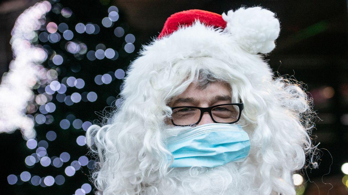 Ein Weihnachtsmann mit Mund-Nasen-Schutz