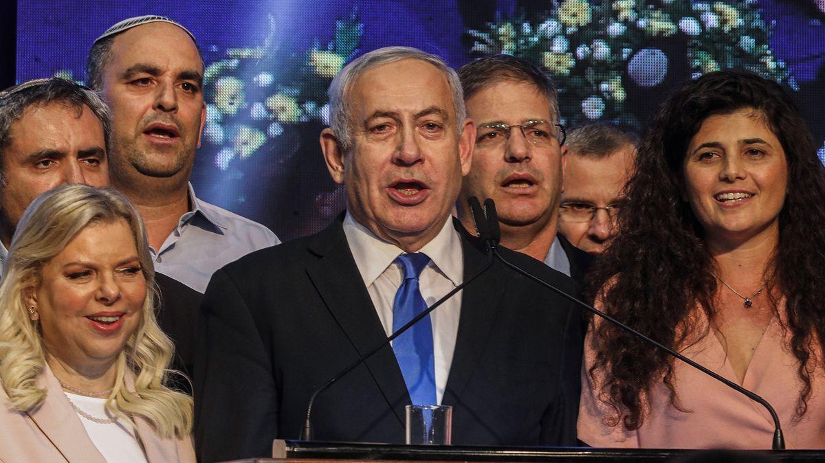 Israels Ministerpräsident Benjamin Netanjahu (Mitte) nach der Wahl mit seiner Frau Sara (links)
