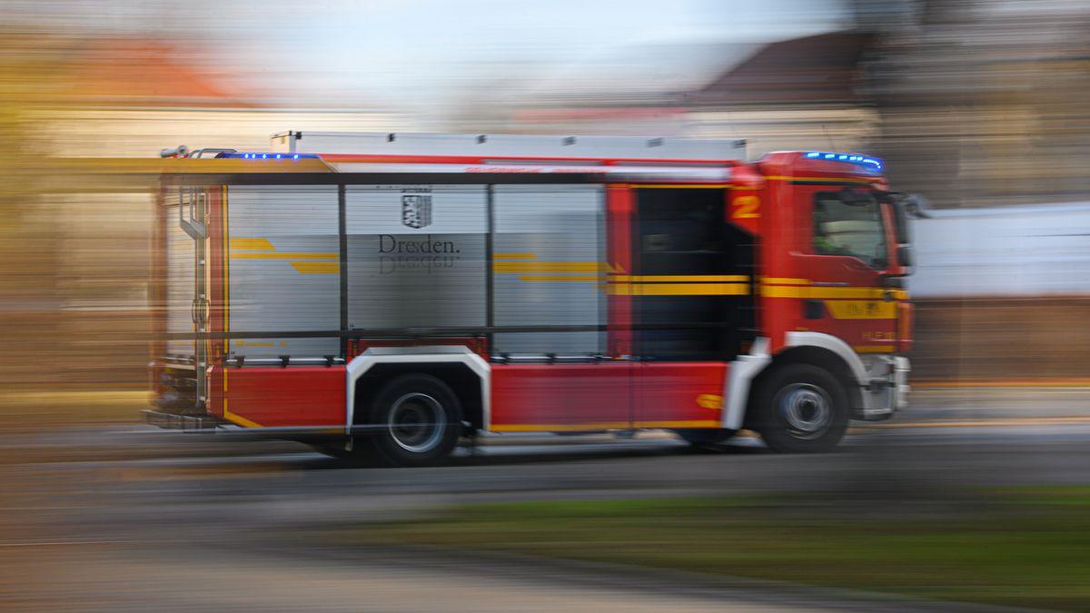 Ein Feuerwehrauto fährt zu einem Einsatz (Symbolbild)