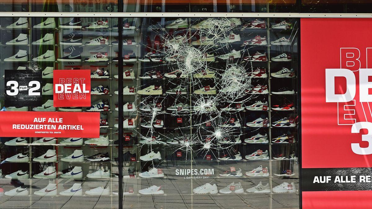 40 Geschäfte wurden bei den Ausschreitungen in der Stuttgarter Innenstadt beschädigt - wie hier das Schaufenster eines Schuhgeschäfts.