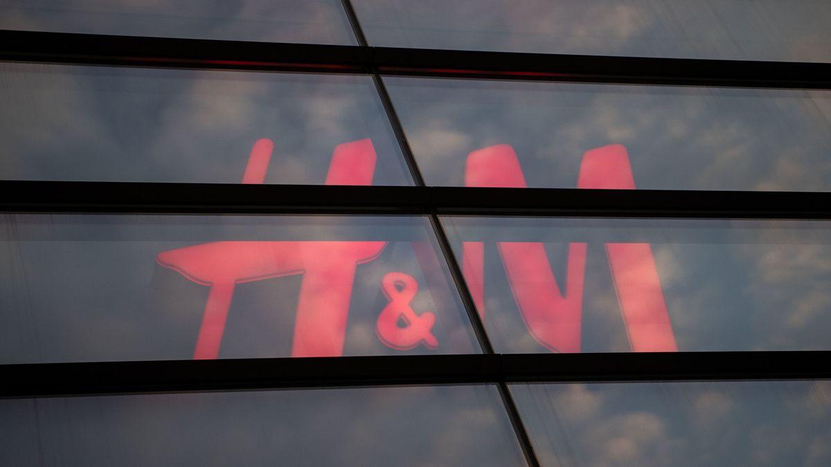 Das Logo von H&M hinter einer verdunkelten Scheibe