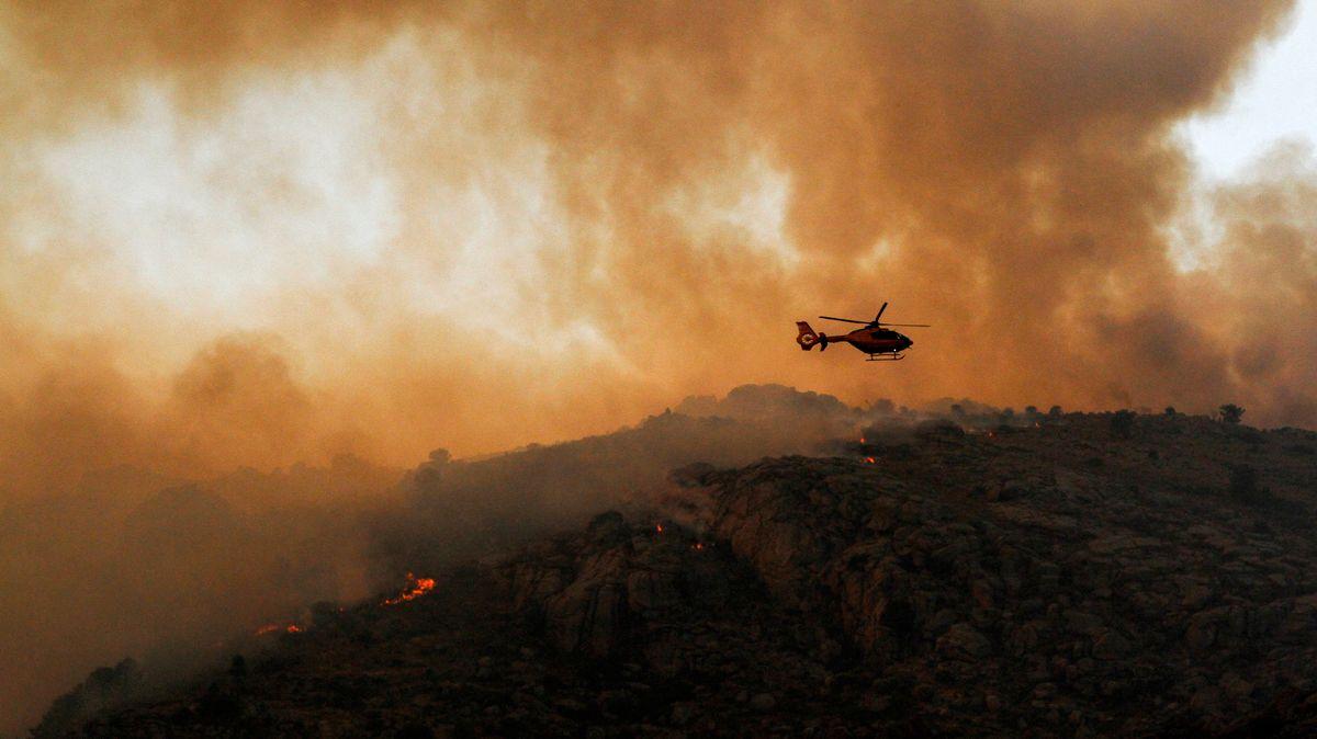 in Hubschrauber beteiligt sich an den Löscharbeiten für einen Waldbrand in Navalacruz in Avila.