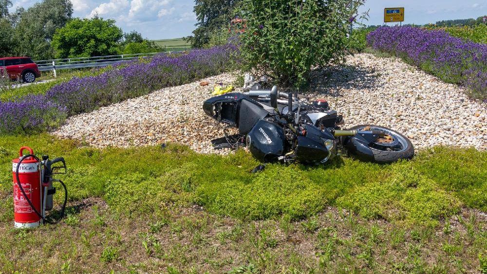 Das Motorrad des Verunglückten im Kreisverkehr