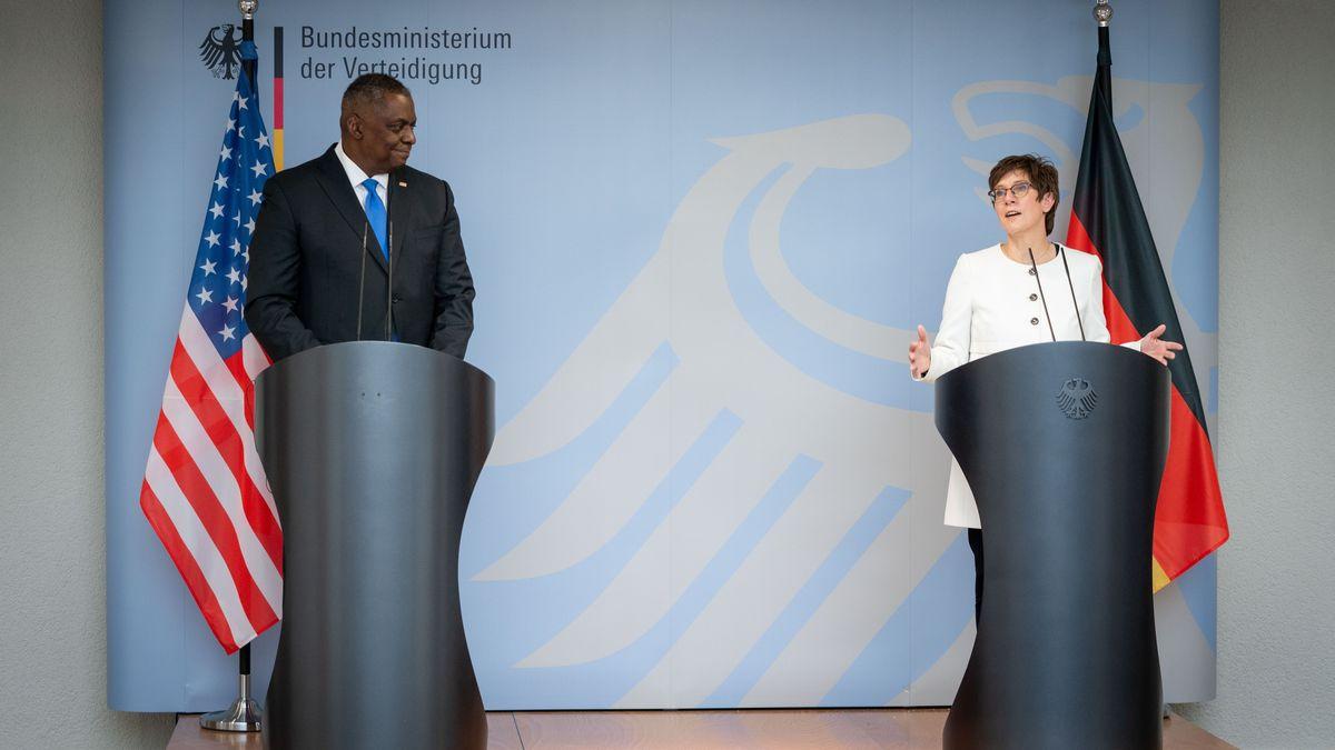 Annegret Kramp-Karrenbauer (CDU), Bundesministerin der Verteidigung, und US-Verteidigungsminister Lloyd Austin.
