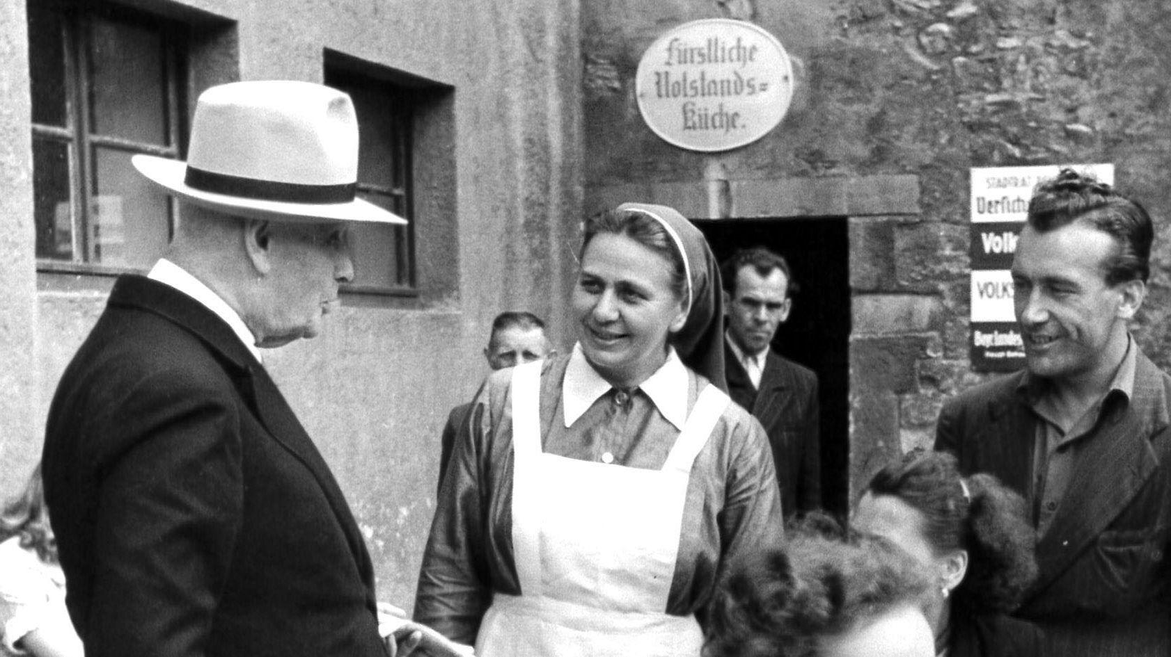 Fürst Albert I. vor der Notstandsküche. Er hat die Einrichtung gegründet. Das Foto stammt vermutlich aus dem Jahr 1950.
