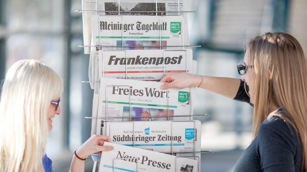 Lokalzeitungen an einem Zeitungsständer.