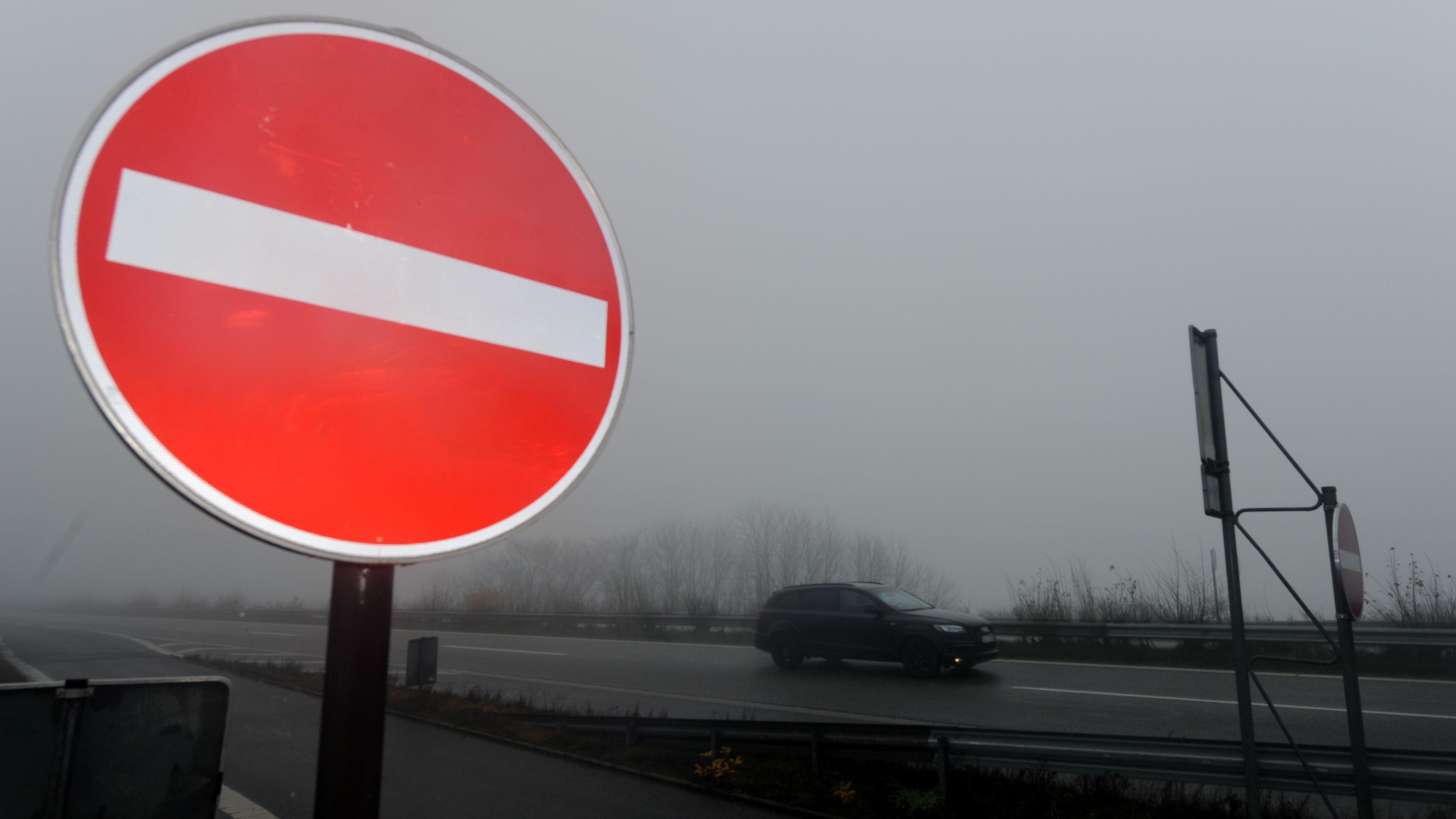 """Symbolbild: Verkehrszeichen """"Verbot der Einfahrt"""" an einer Autobahnauffahrt"""