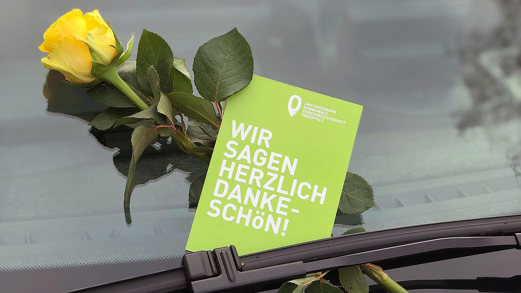 Insgesamt 6.000 gelbe Rosen sollen am Valentinstag verteilt werden, an Autofahrer, die ihr Auto korrekt abstellen.