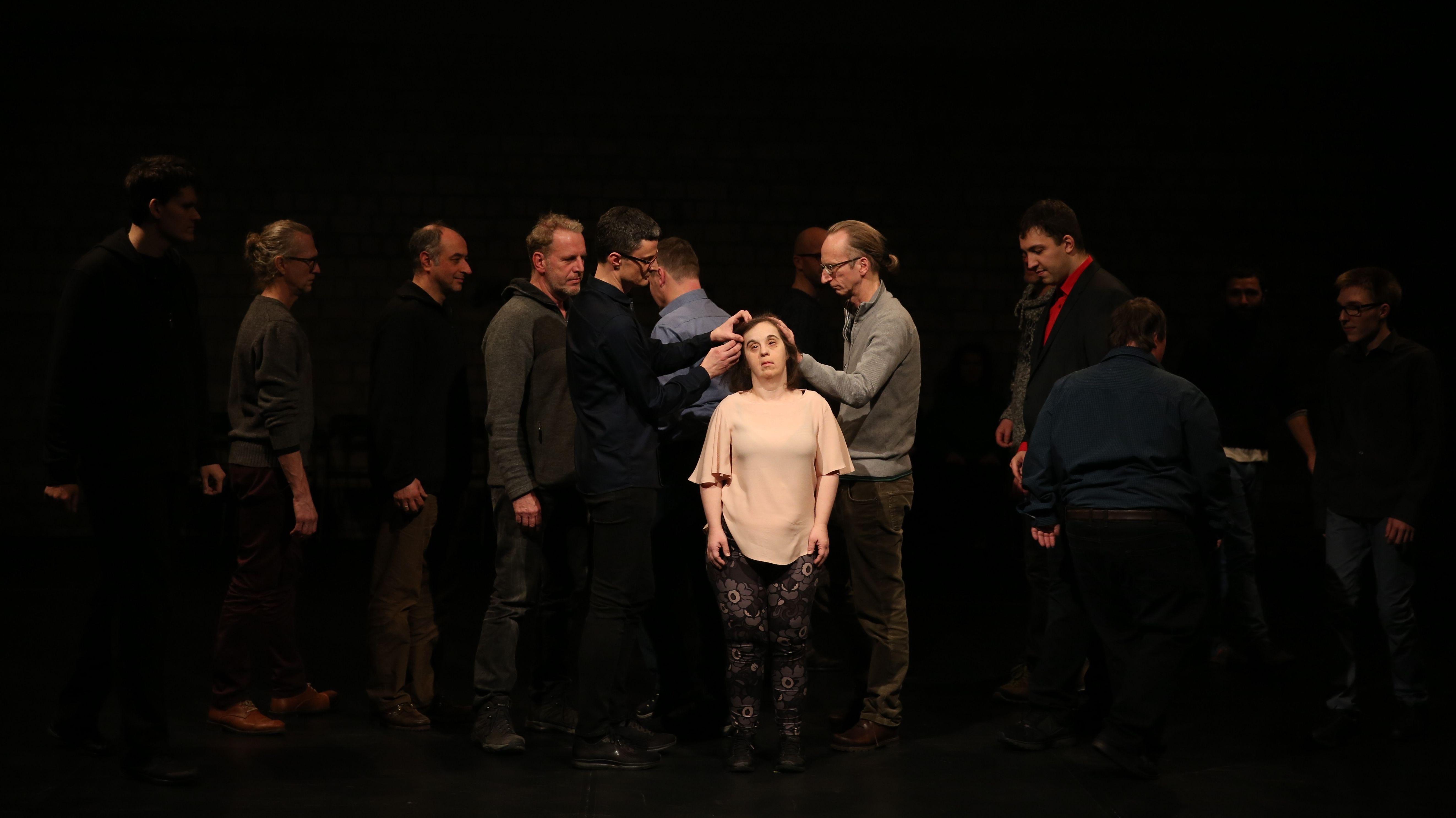 Gruppe von teils lernbehinderten Tänzer*innen auf der Bühne