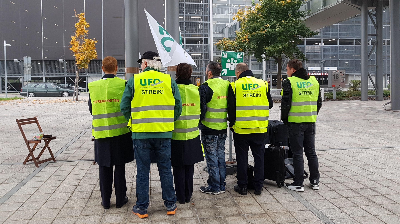 Streikposten vor dem Flight Operations Center (FOC) der Lufthansa.