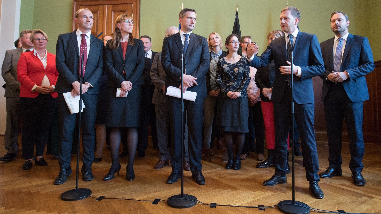 Wolfram Günther (l-r), Spitzenkandidat Bündnis 90/Die Grünen, Katja Meier, Spitzenkandidaten Bündnis 90/Die Grünen in Sachsen, Martin Dulig (SPD, M), Wirtschaftsminister und stellvertretender Ministerpräsident von Sachsen, und Michael Kretschmer (CDU,r), Ministerpräsident von Sachsen.
