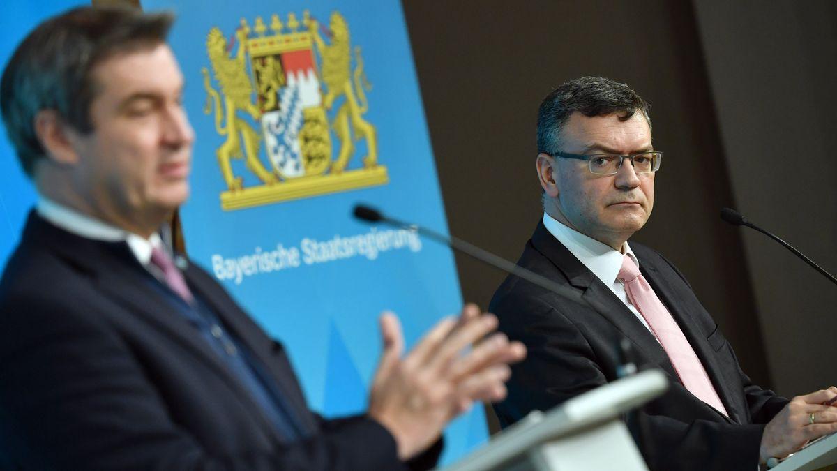 Florian HERRMANN (re,Leiter der Staatskanzlei) blickt auf Markus SOEDER (Ministerpraesident Bayern und CSU Vorsitzender).