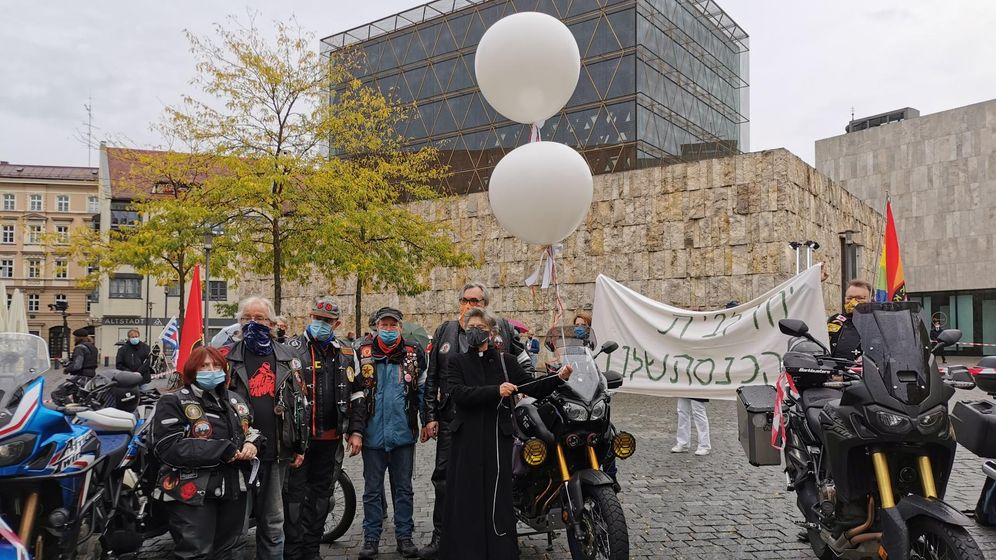 Biker auf der Mahnwache vor der Synagoge am Münchner Sankt-Jakobs-Platz.   Bild:BR Sandra Dmmelhuber