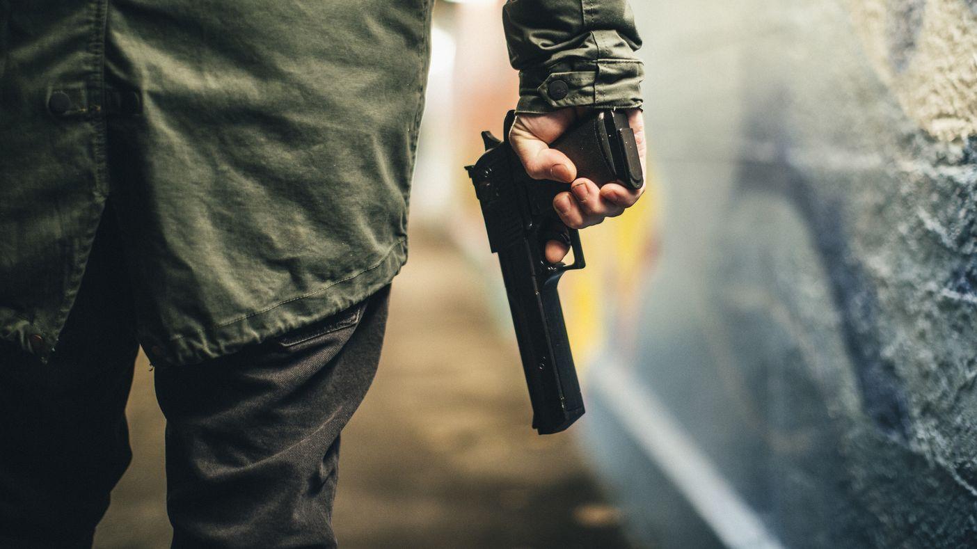 Bewaffneter Krimineller bei Nacht.