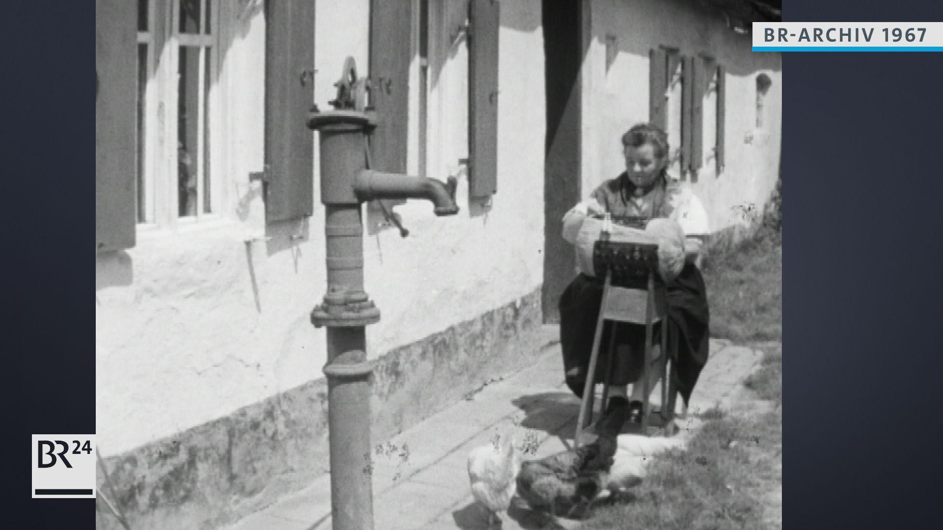 Frau beim Klöppeln im Freien