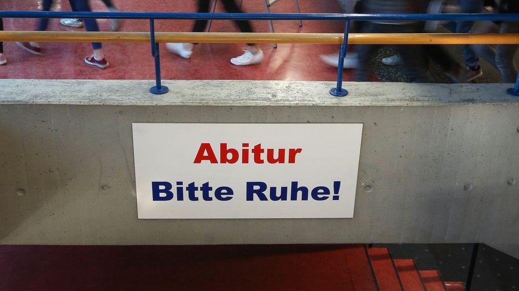 """Ein Schild mit der Aufschrift """"Abitur Bitte Ruhe!""""."""