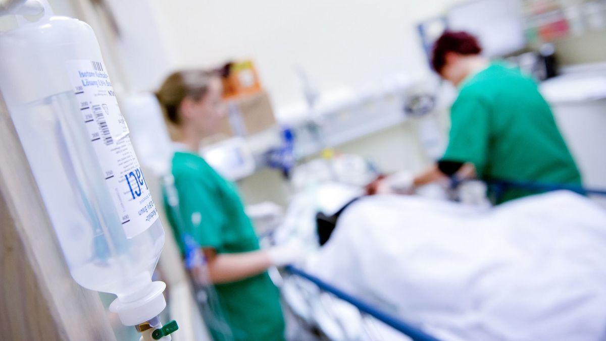 Pfleger behandeln einen Patienten in einem Krankenhaus