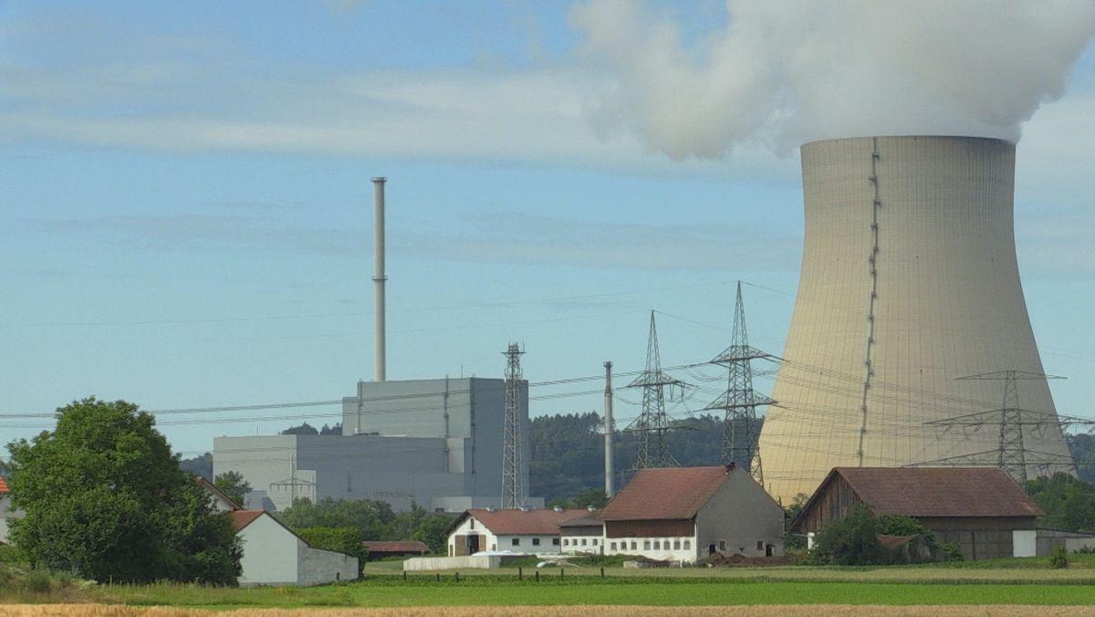 Links das stillgelegte Kernkraftwerk Isar 1, rechts der Kühlturm von Isar 2