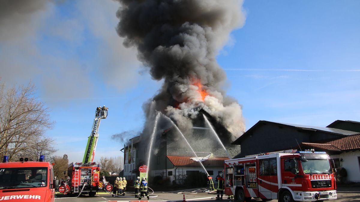 Einsatzkräfte der Feuerwehr versuchen den Brand zu löschen