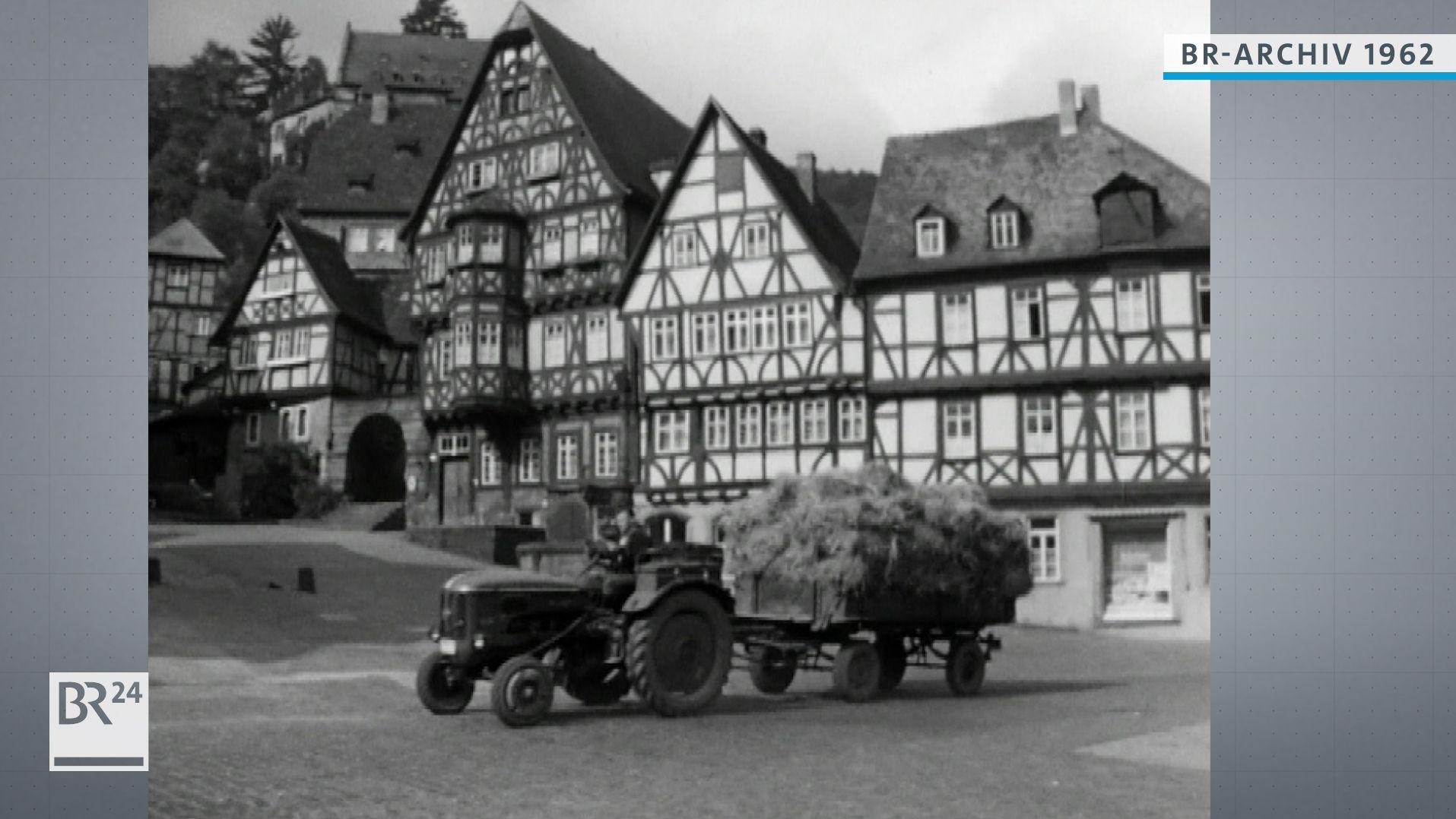Traktor fährt am historischen Marktplatz vorbei