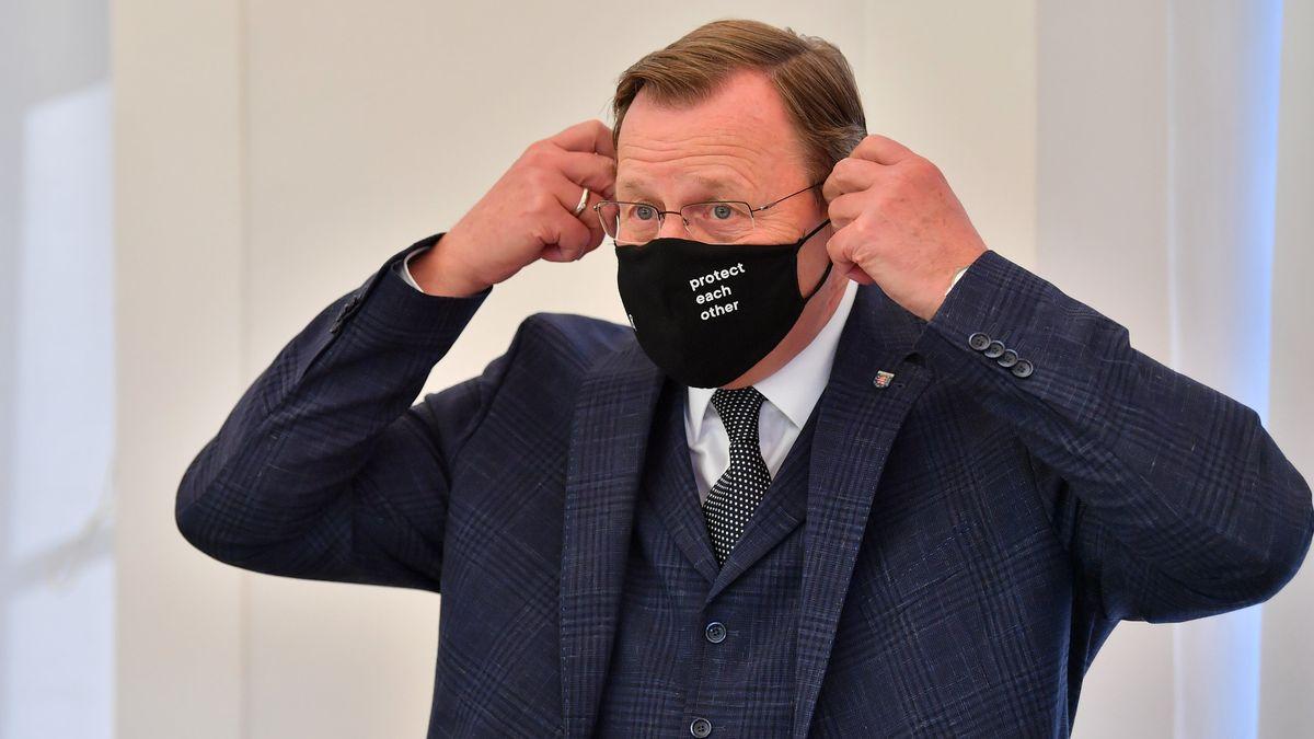 Bodo Ramelow (Die Linke), Ministerpräsident von Thüringen, nimmt seinen Mund-Nasen-Schutz ab.
