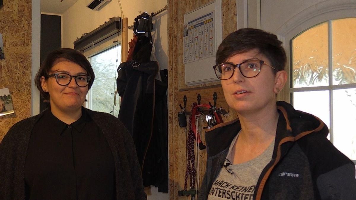 Sylvia Maier und Theresa Stark leben im umgebauten Zirkuswagen.