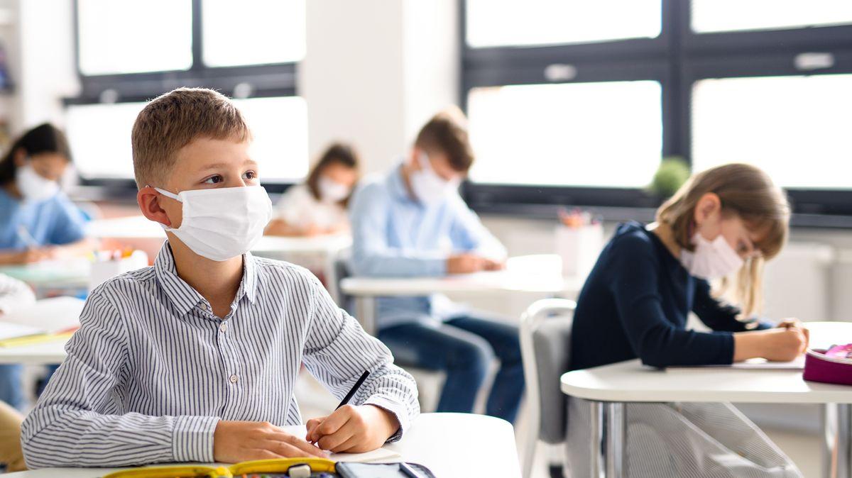 Schüler mit Maskenpflicht im Unterricht