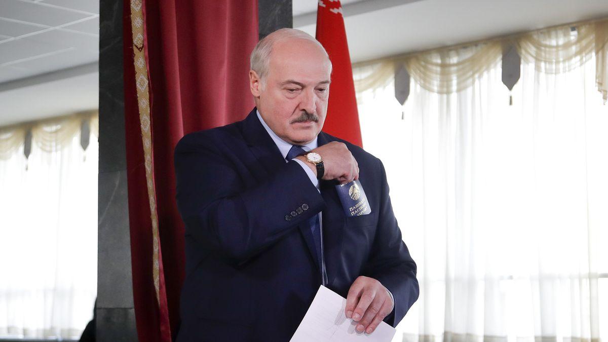 Alexander Lukaschenko, Präsident von Belarus, trägt seinen Stimmzettel durch ein Wahllokal
