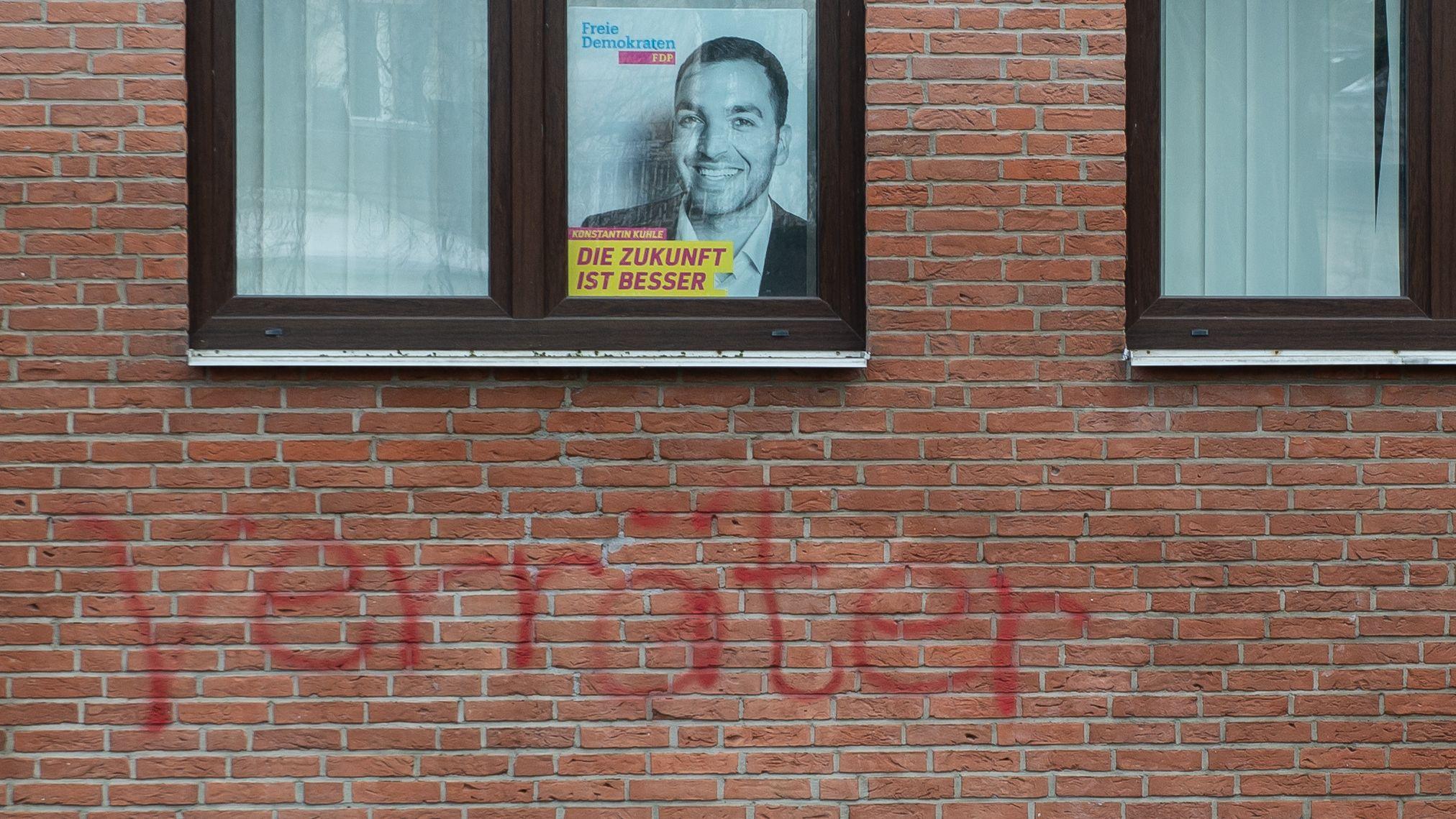 """Der Schriftzug """"Verräter"""" steht am Büro des FDP-Kreisverbandes Göttingen-Osterode"""