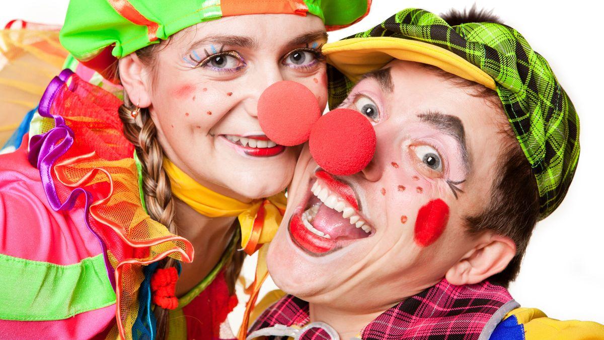 Zwei als Clowns verkleidete Erwachsene
