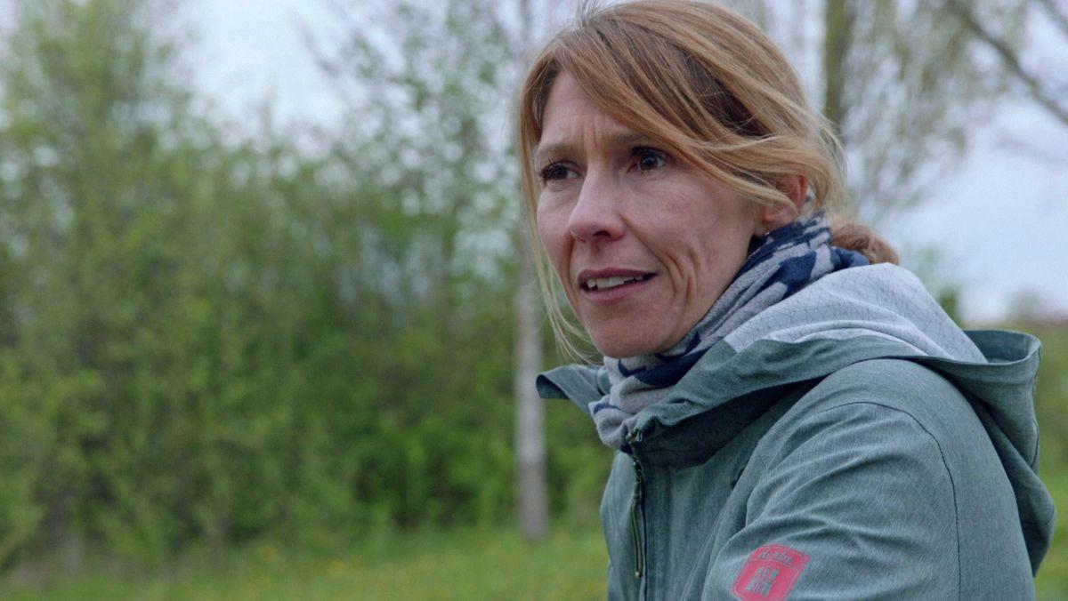 Seit der Erkrankung an beiden Augen geht Eva Biebricher viel spazieren und schaut in die Ferne