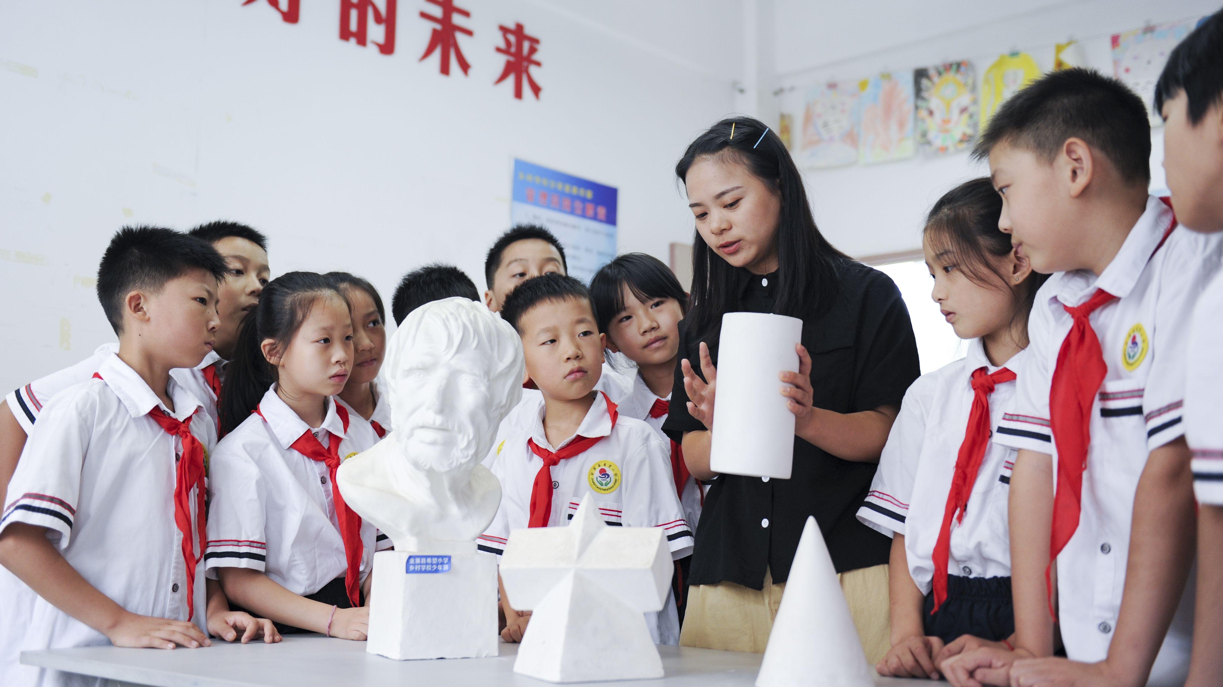 China: Kinder und Lehrerin am ersten Schultag einer Grundschule in Hefei