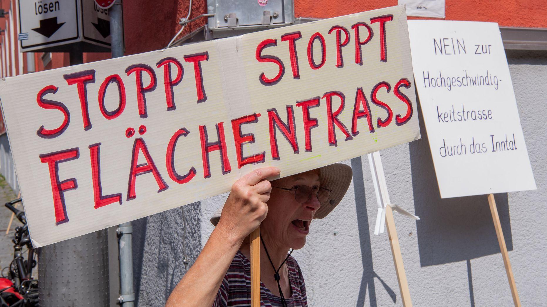 Anwohnerin der Region Rosenheim demonstriert am 1.7.2019 gegen den Bau einer neuen Trasse für den Nordzulauf im bayerischen Inntal.