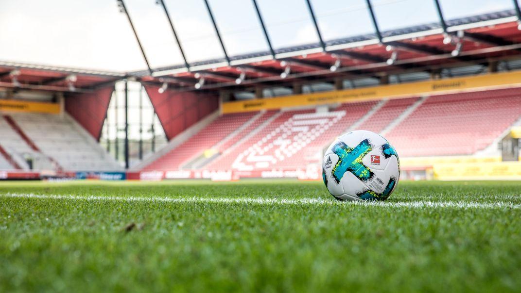 Das leere Jahnstadion in Regensburg.