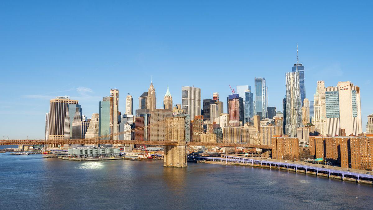 Die Wolkenkratzer von Manhattan, New York von der Brücke über den Eastriver her gesehen