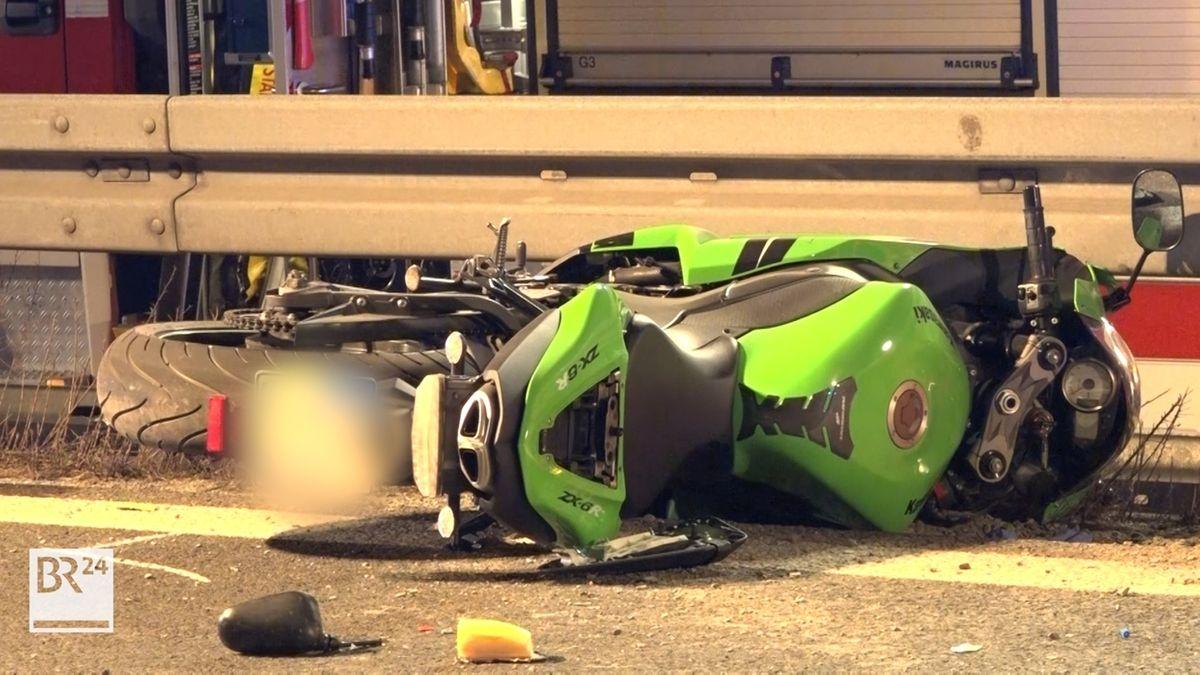 Nach einem Unfall auf der A70 liegt ein Motorrad auf der Fahrbahn.