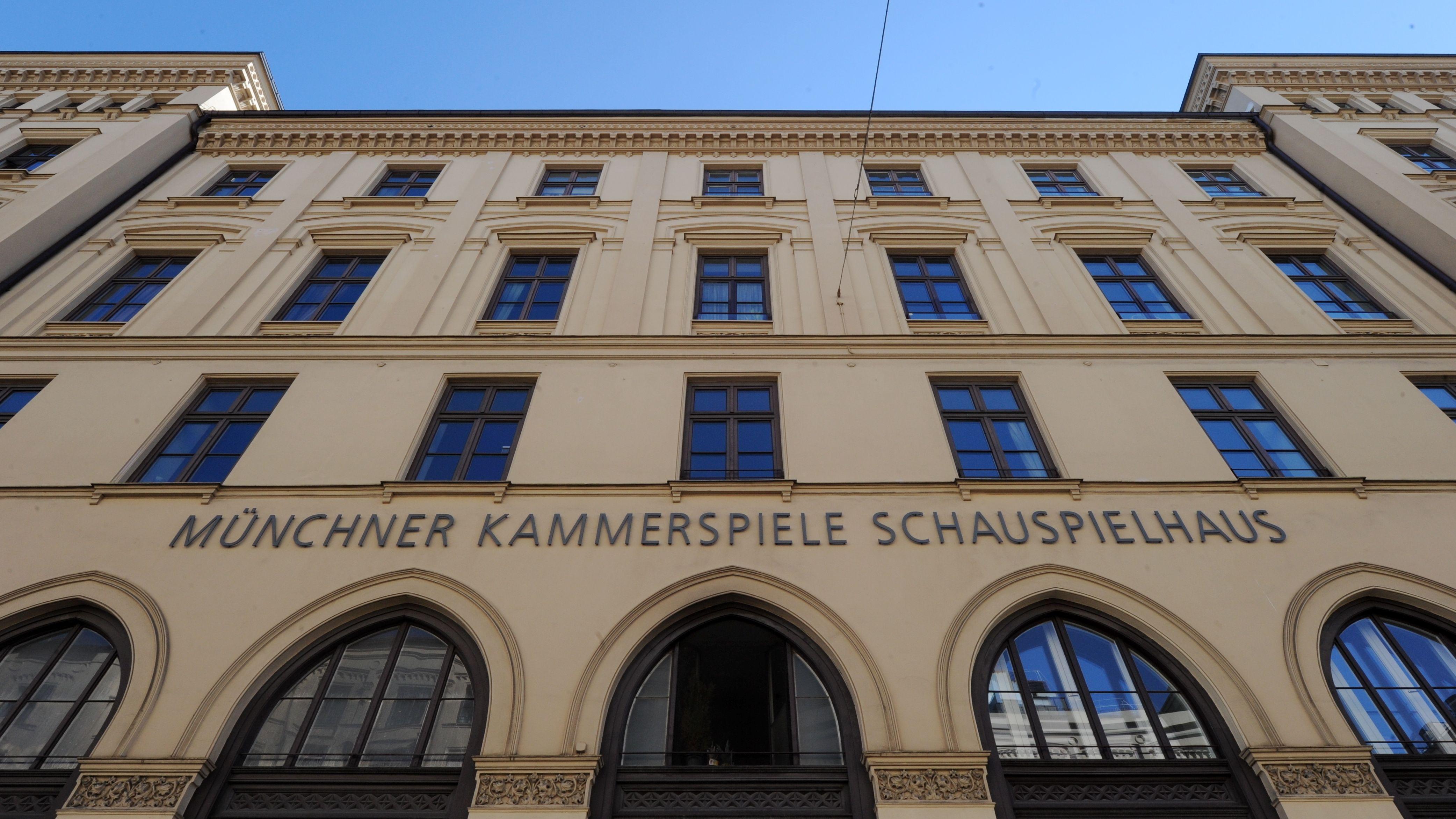 Fassade der Münchner Kammerspiele aus der Froschperspektive