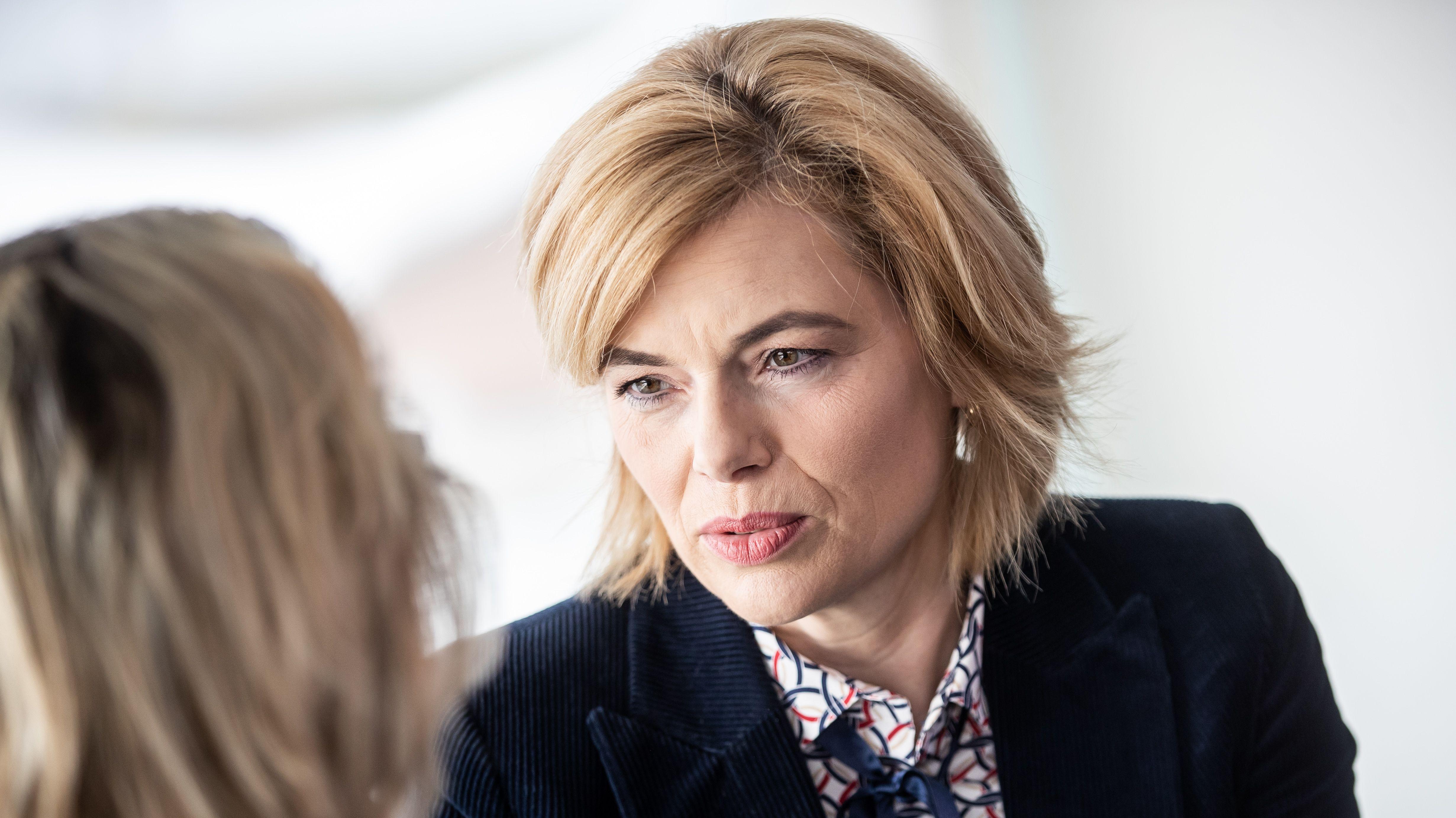 Landwirtschaftsministerin Julia Klöckner (r.) spricht mit Umweltministerin Svenja Schulze