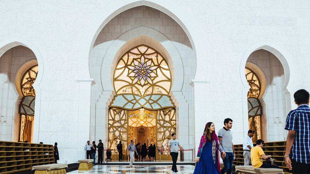 """Die Sheikh Zayed Grand Mosque in Abu Dhabi: Scheich Abdallah Bin Bayyah initiierte hier das """"Forum für Frieden in muslimischen Gesellschaften""""."""