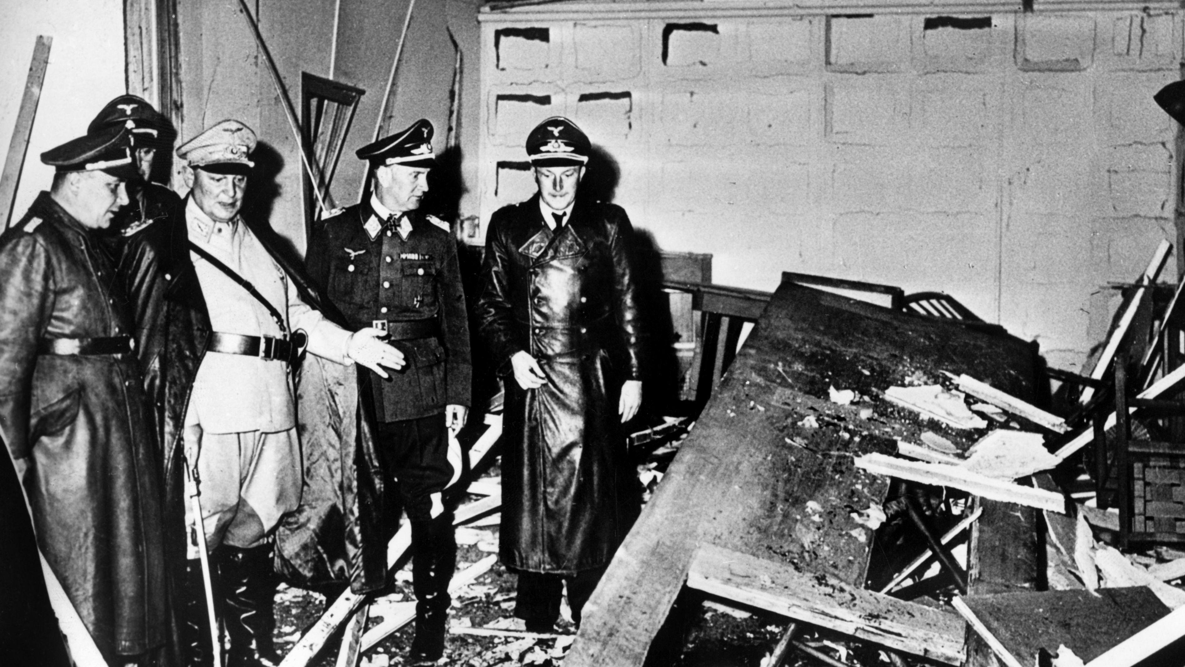 Reichsmarschall Hermann Göring begutachtet die Zerstörung im Führerhauptquartier Rastenburg, wo am 20. Juli 1944 eine Sprengladung zündete