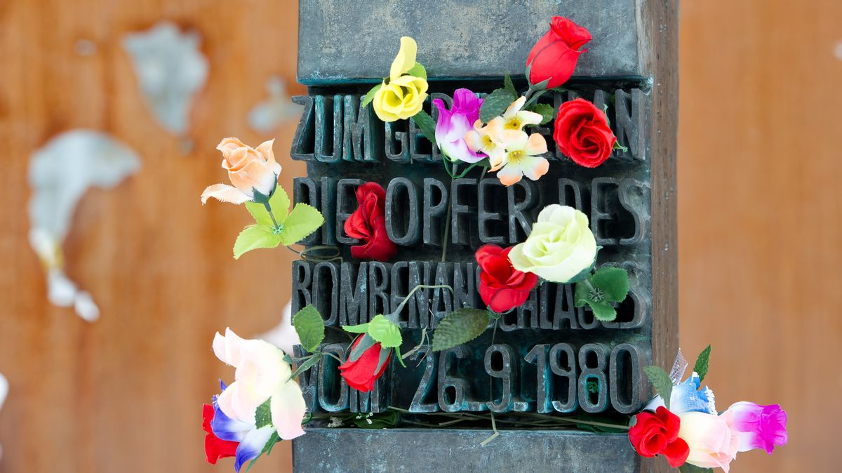 Blumen am Denkmal für die Opfer des Oktoberfestattentats