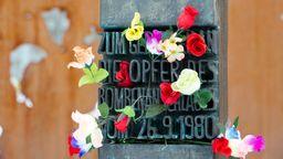 Blumen am Denkmal für die Opfer des Oktoberfestattentats | Bild:dpa / Sven Hoppe