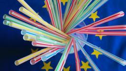 Trinkhalme aus Plastik auf einer Europaflagge  | Bild:pa / dpa / R4200
