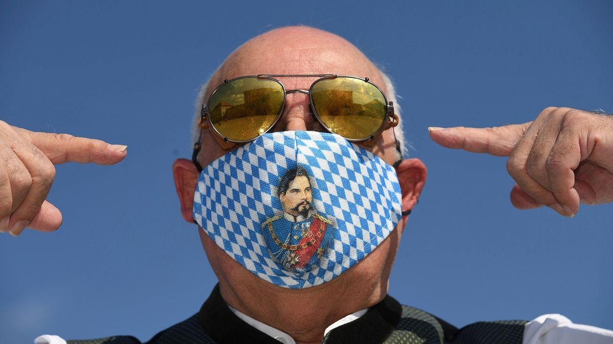 Trachtenmaske mit König Ludwig-Motiv