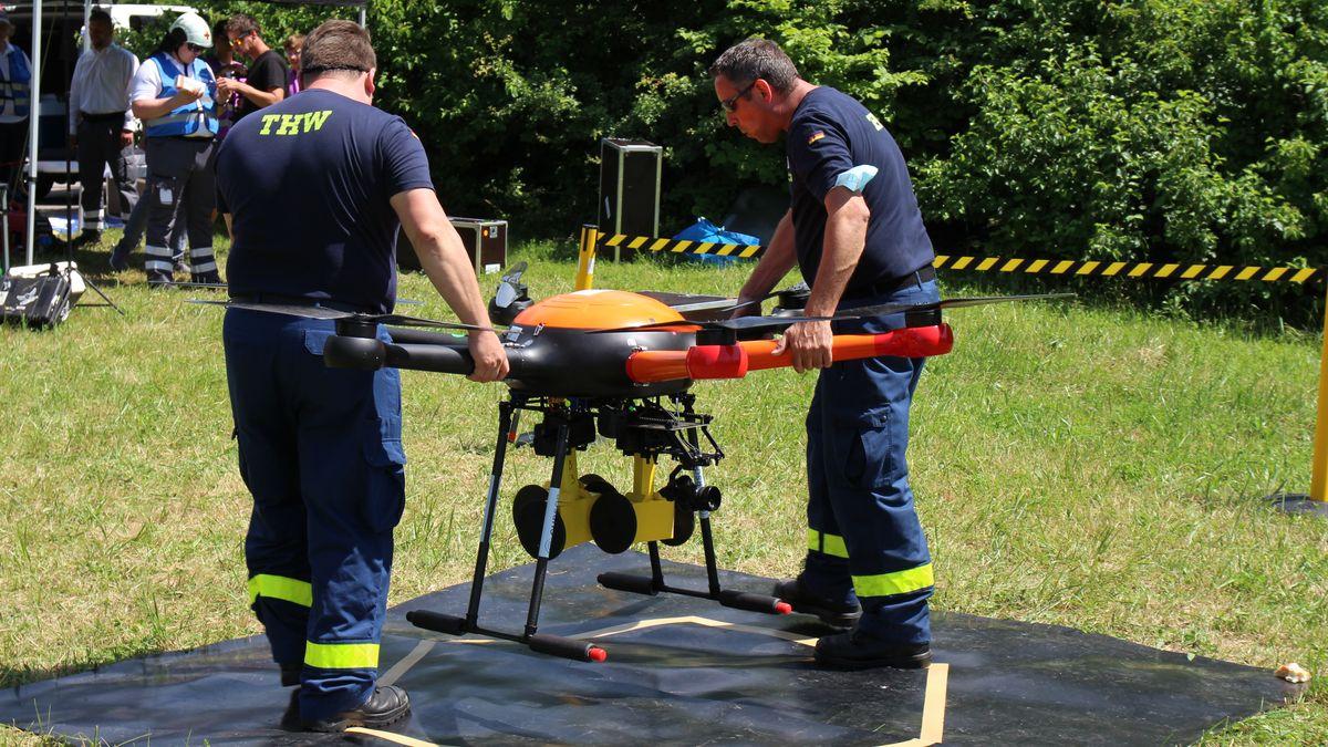 Vor dem Abflug: Malte Daniels und Andreas Wilde vom THW platzieren die 18-Kilo-Transportdrohne auf der Plane.