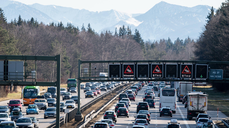 Stau und stockender Verkehr auf der A8 in Höhe Sauerlach