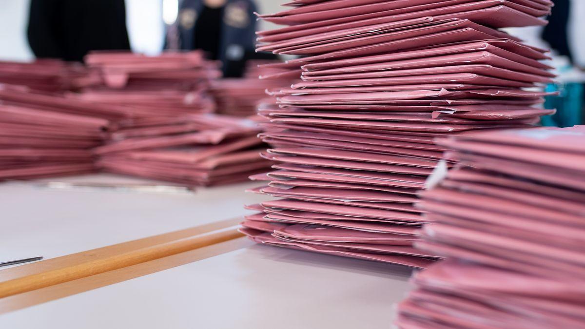 Briefwahl-Umschläge auf einem Tisch
