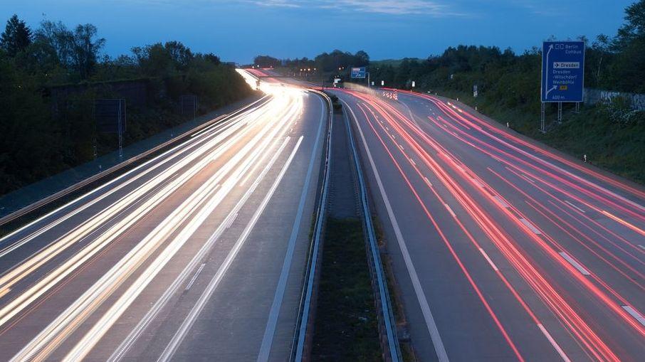 """Autos fahren über die Autobahn 4 und hinterlassen Lichtspuren (Effekt durch Langzeitbelichtung). (zu """"EuGH: Deutsche Pkw-Maut verstößt gegen EU-Recht"""")"""