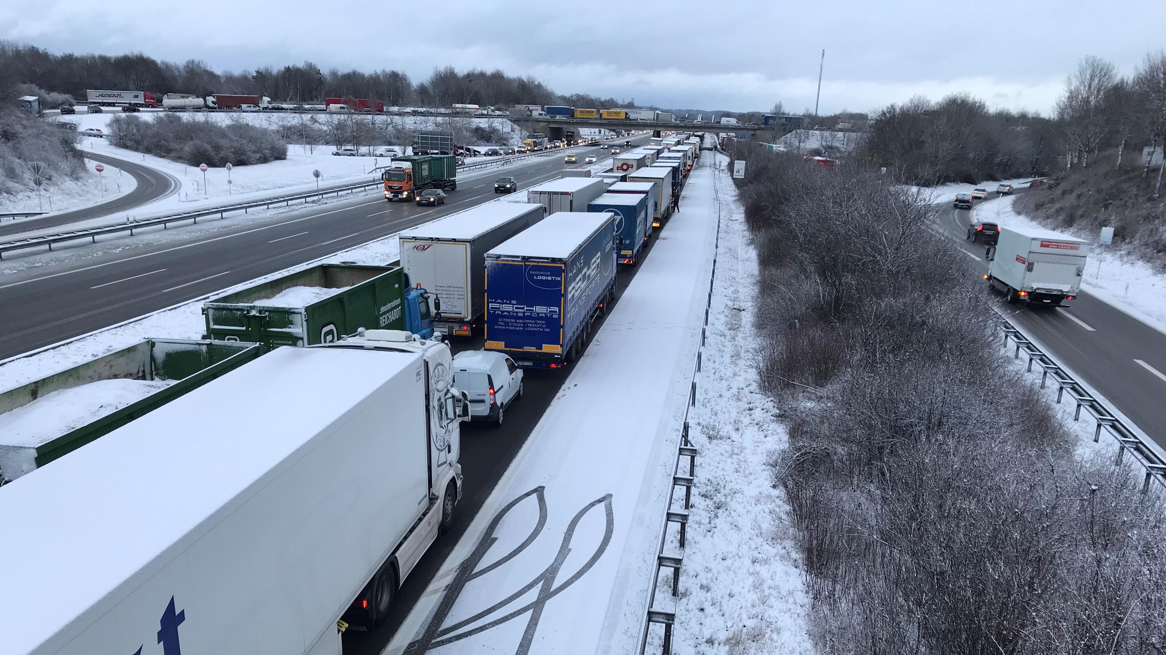 Lastwagen stehen auf der A8 bei Augsburg im Stau.