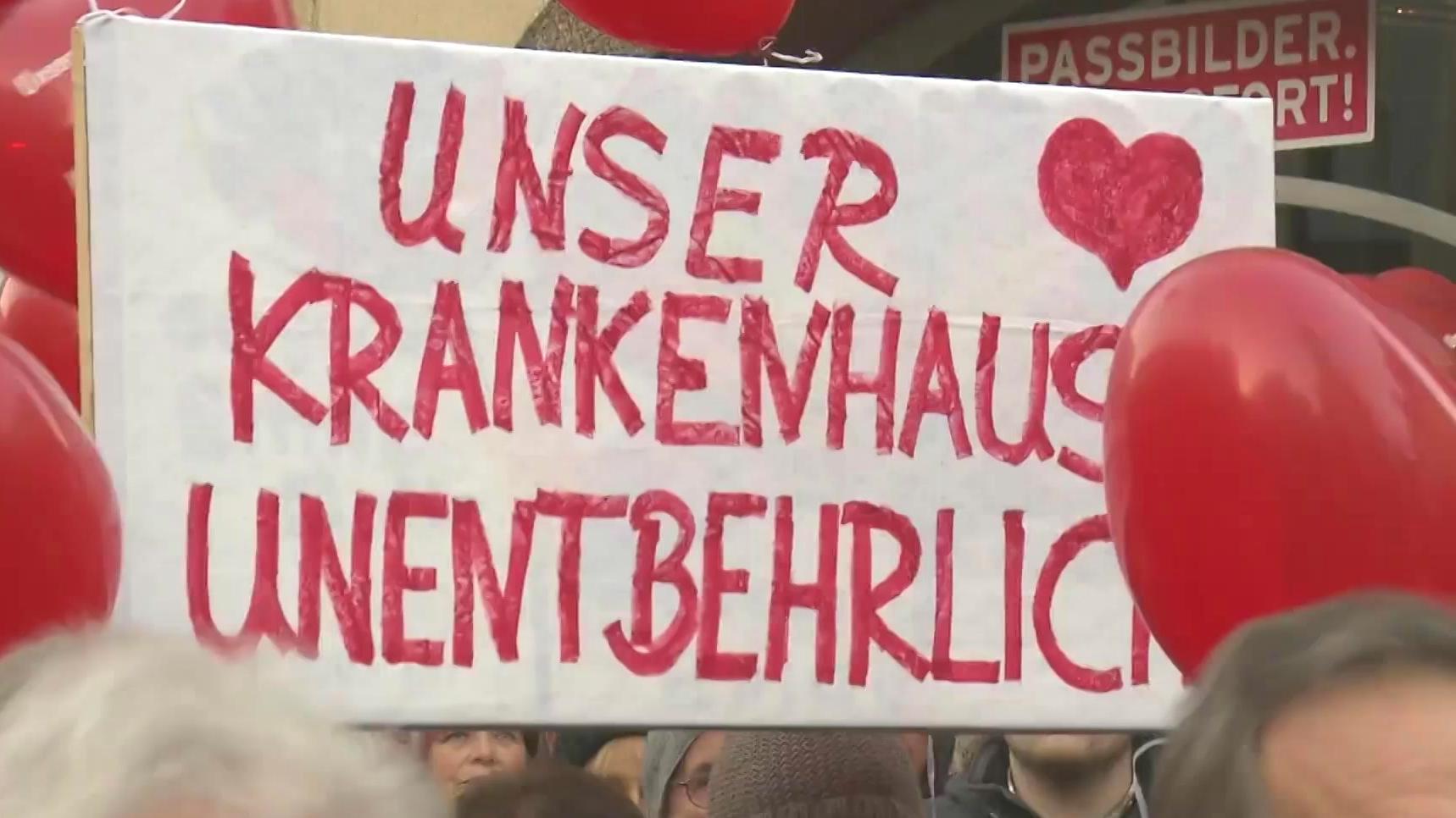 """Plakat mit der Aufschrift: """"Unser Krankenhaus unentbehrlich"""""""